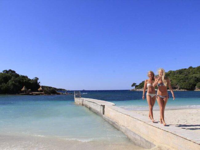 Vackra Ksamil. Rosa Averesch och Anna Scheck från Tyskland är på dagsutflykt från Saranda till Ksamil. Utanför stranden ligger Ksamilöarna så nära att man kan simma till dem.