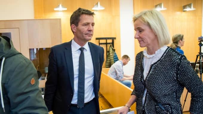 Försvarsadvokaterna Christian Fredrik Bonnevie Hjort och Ola Rolléns hustru Maria i rättssalen. Foto: JUNGE, HEIKO / NTB SCANPIX TT NYHETSBYRÅN