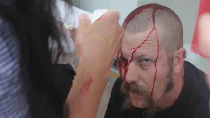 Anders Henriksson slogs blodig av NMR-nazister. Foto: Joakim Medin