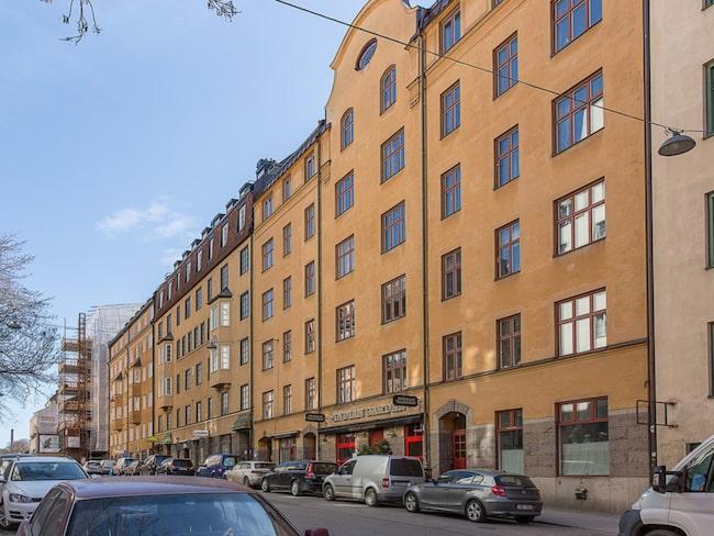 Lägenheten ligger på Södermalm i Stockholm.