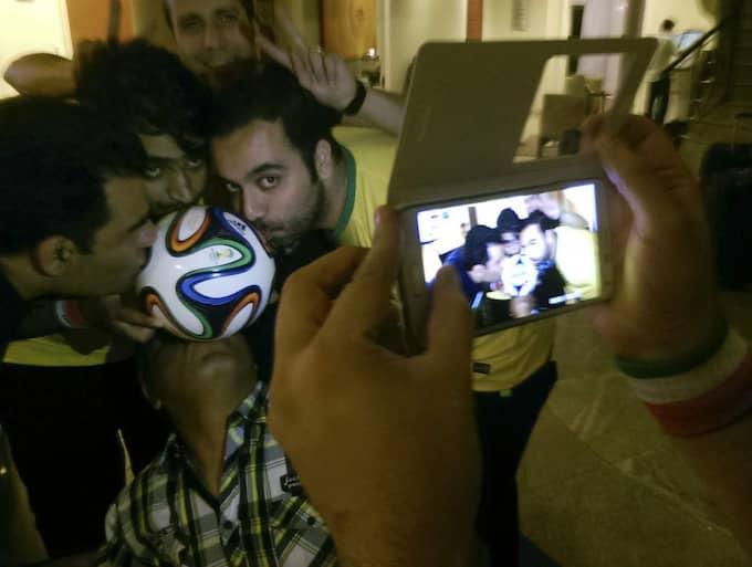 Milad Hojatoleslami och Hussein Javadi, Iran. Sportjournalister som hade varit i Barcelona för att bevaka matchen mellan Barcelona och Real Madrid. De var på väg till Österrike för en fotbollsmatch mellan Iran och Chile. Foto: Arash Khamoushi
