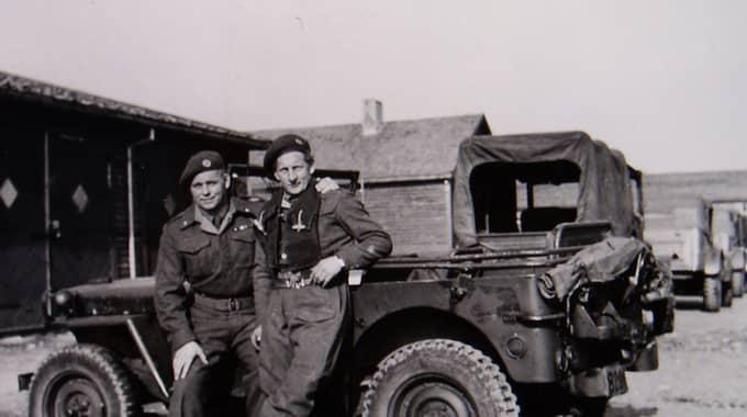 Allan Mann (till vänster) i SOE-uniform under andra världskriget. Bildkälla: JOAKIM GRÖNDIN