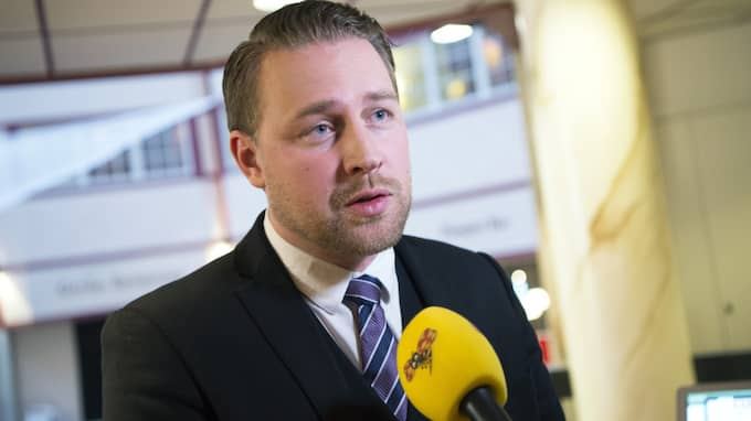 I pressmeddelandet skriver Karlsson att det är upp till Hagwall själv om hon sitter kvar i riksdagen, eftersom mandaten där är personliga. Foto: Sven Lindwall