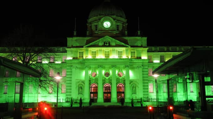 Regeringsbyggnaden upplyst i grönt. Foto: Nurphoto/Rex/Shutterstock / NURPHOTO/REX/SHUTTERSTOCK REX FEATURES