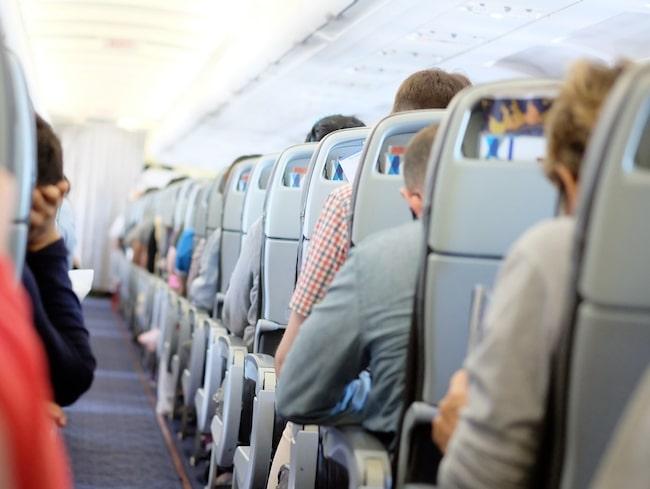 Skulle du tycka att det var okej om en förälder lät sitt barn gå på pottan bland alla passagerare?
