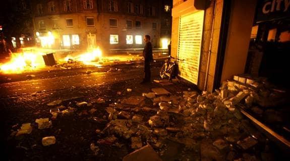 BRÄNDER PÅ GATORNA. Än en gång härjas centrala Köpenhamn av upplopp efter en manifestation för det rivna Ungdomshuset på Jagtvej. Foto: JENS DRESLING