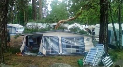 På Öland tvingades en familj åka hem tidigt från Ekerums camping sedan de fått en stock över sin husvagn med förtält. Foto: Läsarbild
