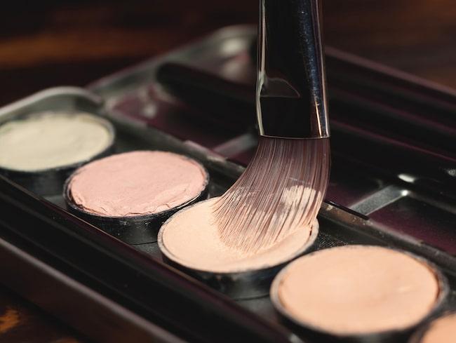 Man kan dämpa rosacea med hjälp av smink. Här tipsar makeupartisten om hur du gör för att lyckas tona ner rodnaden.