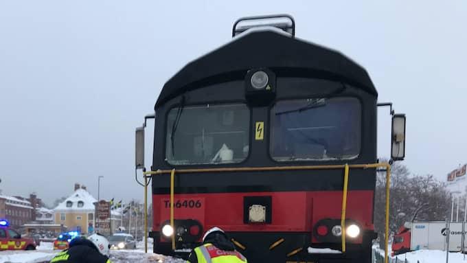 Ett tåg har kolliderat med en personbil som släpats ungefär 100 meter. Foto: Räddningstjänsten