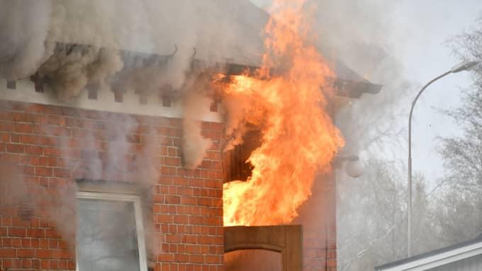 Flera enheter från räddningstjänsten bekämpar branden. Foto: MIKAEL NILSSON