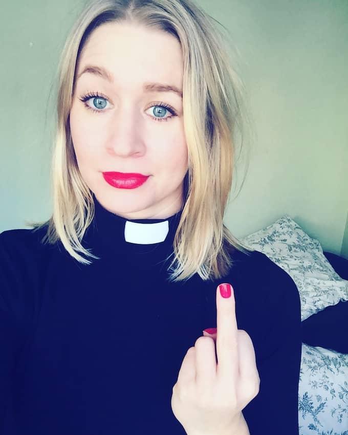 Feministpastorn ger fingret till allt förtryck. Esther Kazen i Göteborg är pastor i Flatåskyrkan i Göteborg och skriver frispråkiga inlägg på Instagram. Foto: Privat