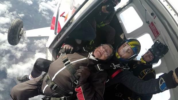 Här hoppar Ruth, 101, fallskärm