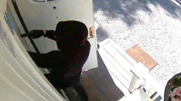 Beväpnad man knackade på barnfamiljens dörr