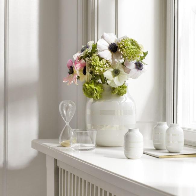 <span>Vasen Omaggio från Kähler finns i flera storlekar som är fina att blanda. Här ett set med tre minivaser ihop med en stor och pampig vas. Klicka på plustecknen i bilden för att handla i vår nya webbutik.</span>