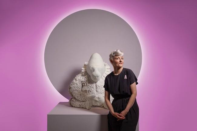 Polskfödda Bea Szenfeld är känd för sina konstnärliga kreationer i ovanliga material och sammanhang, på gränsen mellan kläder och modern konst. Se nedan hur Rosa bandet blev!