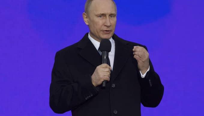"""Enligt medier på plats tycktes Putin vara på gott humör och CNN kopplade till att Putin fram tills nyligen varit """"förvunnen"""" i tio dagar. Foto: Pavel Golovkin"""