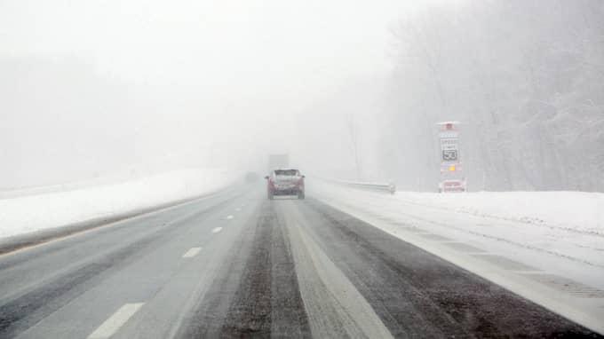 Svårt väglag på en väg i Ohio. På vissa håll i Nordamerika är det nu 24 minusgrader. Foto: LYNN ISCHAY / AP TT NYHETSBYRÅN