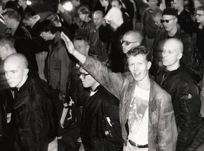 1991 500 personer samlades den 30 november 1991 för att vara med på SD:s marsch till Kungsträdgården för att hedra Karl XII. Demonstrationen blev våldsam eftersom 5 000 motdemonstranter väntade. Foto: Foto: Expo