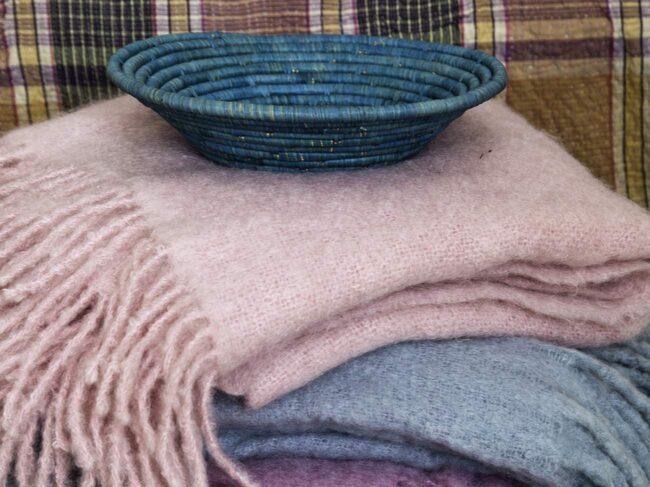 Värmande. Rosa och violett mohairplädar, 1 350 kronor styck, Foxford. Blekblå pläd, 495 kronor, Oscar & Clothilde. Brödfat, 135 kronor och mönstrad kudde, 295 kronor, båda från Afroart.