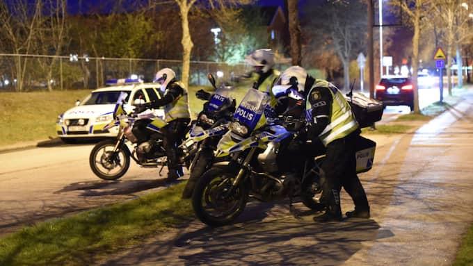 Avspärrningar har upprättats på brottsplatsen och polisens tekniker ska genomföra undersökningar. Foto: Pontus Stenberg