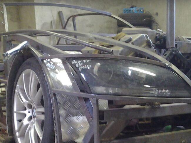 Balkarna under bilens kaross har han bänt till själv.