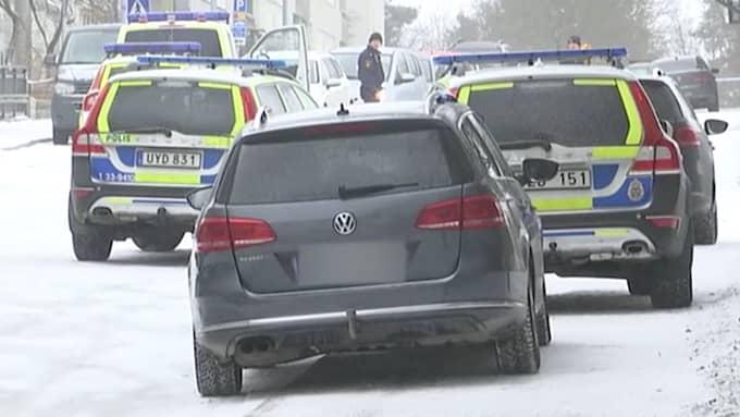 Polisen anlände snabbt till Hallonbergen, men både kvinnan och mannen hann avlida av sina skador.