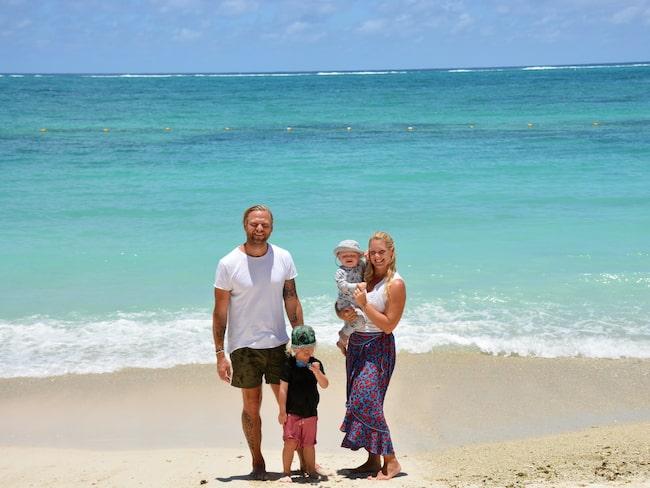 Anna Brolin njuter av semestern på Mauritius med maken Jesper och sönerna Elton och Lionel.