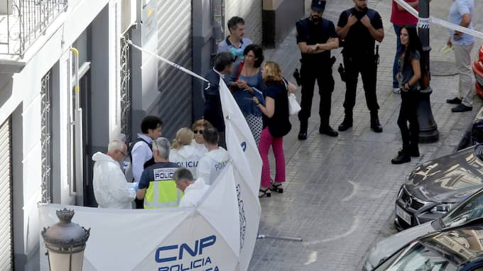 Polisen spärrar av platsen där polismannen attackerades Foto: FERNANDO ALVARADO/EFE/TT / EFE TT NYHETSBYRÅN