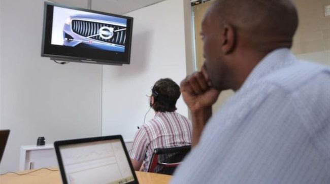 EXPERIMENTET. Försökspersonernas hjärnaktivitet mättes medan de betraktade olika bilder på en tv-skärm.
