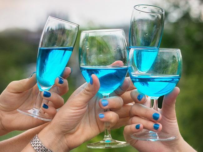 Efter mycket om och men har tillverkningsmetoden förfinats och det blå vinet, som hittat sin väg även till Sverige, är faktiskt ett vin – på riktigt.
