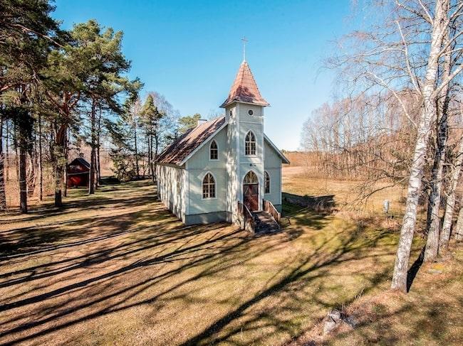 Fem mil söder om Visby på Gotland finns den här vackra träkyrkan som nu är till salu.