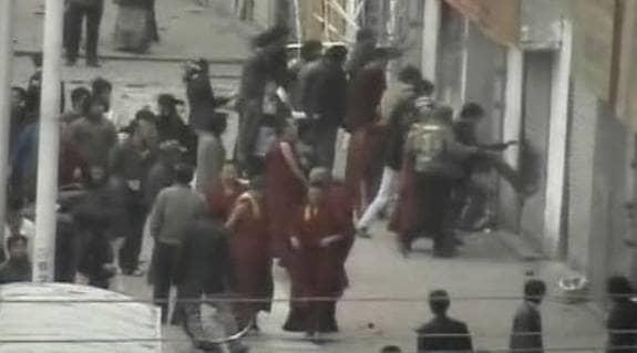 MÅNGA DÖDA. Obekräftade rapporter från Tibets huvudstad Lahsa gör gällande att över 100 personer ska ha dödats de senaste dagarna. Foto: REUTERS