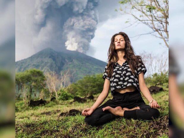 Invånare på Bali flyr vulkanens utbrott - medan turisterna tar yogabilder