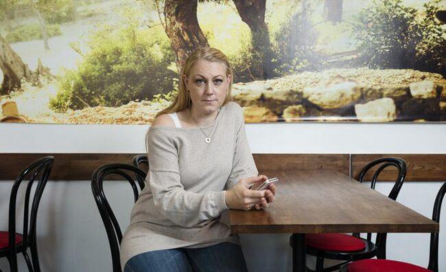 """Telefonskadad. Linda Kristiansson, 35, bloggare och barnskötare, har fått Iphone-tumme. """"Jag blev överansträngd i tummen, lite som med musarm"""", säger hon.. Foto: Mikael Sjöberg"""