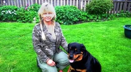 VÄGRAR AVLIVNING. Gunilla Söderberg vägrar att låta sin hund Hector avlivas av polisen och håller därför hunden gömd. Här tillsammans med Hectors mamma Daisy och Hectors tomma koppel. Foto: Merja Svensson
