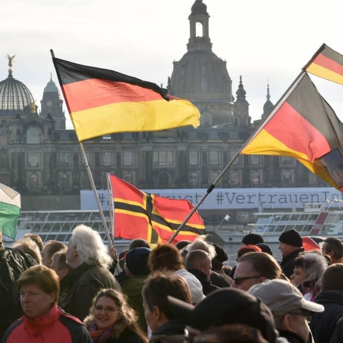 Vid 15-tiden rapporterades att det rörde sig om ungefär 5 000 deltagare, kanske fler, i Dresden, Tyskland. Foto: Hendrik Schmidt / Epa / TT