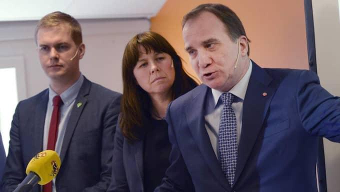 Regeringen kommer införa utökade ID-kontroller. På bilden Gustav Fridolin, Åsa Romson och Stefan Löfven. Foto: Jessica Gow/TT