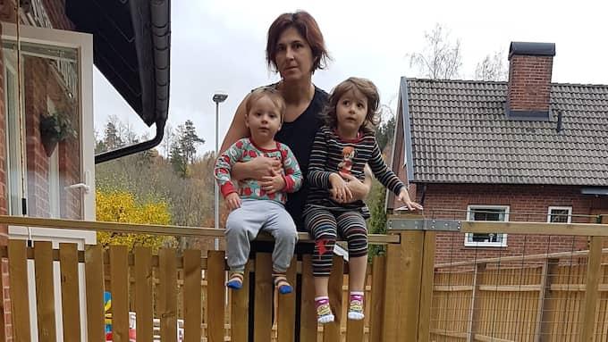 Agnes Varhegyi Wärnegård tillsammans med sonen Attila och dottern Ilma. Foto: Privat