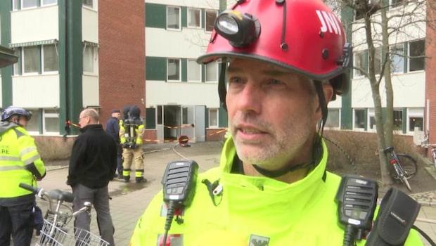 Två räddade från brinnande lägenhet