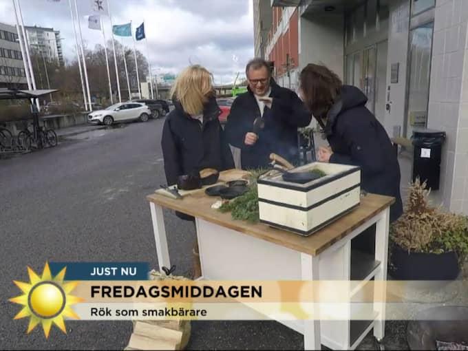 Efter några sekunder börjar mikrofonen ryka och Steffo Törnquist tvingas slå på den med sin hand – för att släcka röken. Foto: TV4