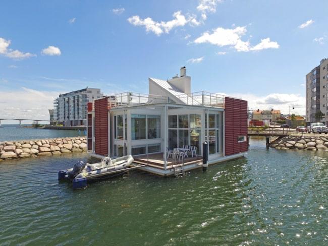 Sjövillan som ligger på Varvsholmen i Kalmar flyter nämligen på vattnet