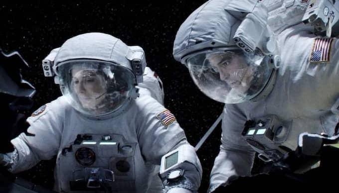 """Fast i rymden. Sandra Bullock och George Clooney har huvudrollerna i ett rymddrama som verkligen lyckas förmedla känslan av instängdhet och desperation. """"Sällan har tyngdlöshet och rymdfarkostarkitektur upplevts så nära"""", tycker Ronnit Hasson. Foto: Courtesy Of Warner Bros. Picture"""