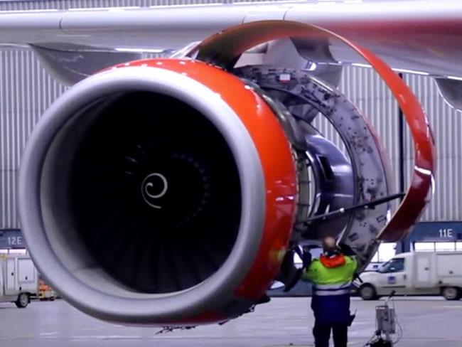 Teknikerna kollar flygplanet varje dygn, förklarar Anna Sundberg.