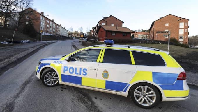 På onsdagseftermiddagen spärrade polisen av ett stort område och tog ännu en misstänkt bil i beslag i närheten av Brandkärr i Nyköping. Foto: Pontus Stenberg / Tt