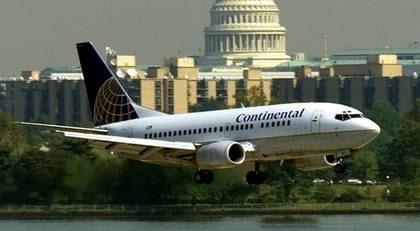 Reagan National Airport ligger mellan två områden med flygförbud. Piloterna får inte göra minst felgir.