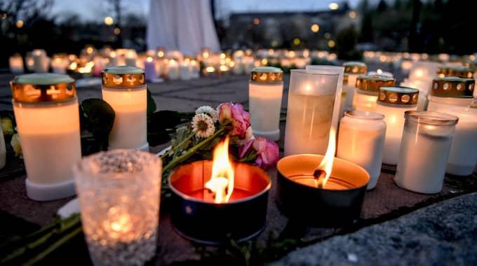 Ljus vid minnesplatsen under onsdagskvällen. Foto: Alex Ljungdah