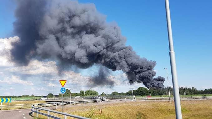 I samband med branden syns en massiv rökpelare – ända till Danmark. Foto: Läsarbild