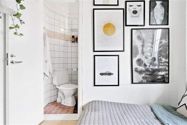Badrummet har ett eget litet utrymme för dusch. Foto: Esoft