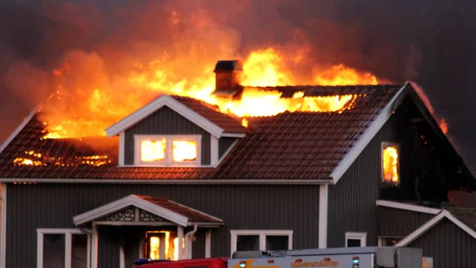Efter att räddningstjänsten till en början lyckats begränsa branden blossade den upp kraftigt igen. Foto: Christian Svensson