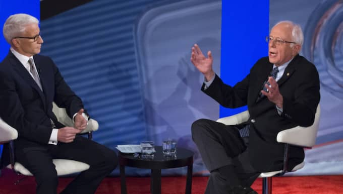 Bernie Sanders (t h) frågas ut av Anderson Cooper Foto: John Minchillo/AP